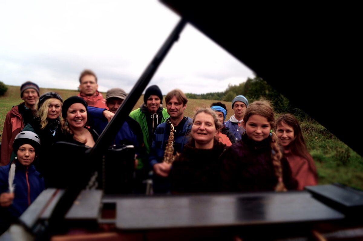 Die Crew von Pianomobile 2017: (vlnr) Lucian (Junior-Scout), Hans (Senior-Scout), Christine (Malerei), Manuela (Akkordeon), Bernhard (Piano), Claus (Malheur-Reparateur), Günter (Fotos, Improvisation, Tridemlenker), Wolfgang (Sax), Karen (Piano, Leitung), Brigitta (Zusstzantrieb), Georg (Klavierstimmer), Rafaela (Pianomobiline), Ursula (Zusatzantrieb)